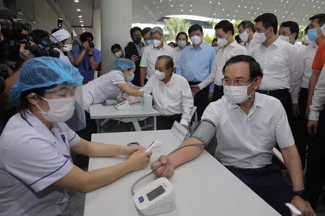 TP.HCM bắt đầu đợt tiêm chủng vắc xin COVID-19 quy mô lớn; Diễn biến mới vụ F1 mượn người thế thân đi cách ly tập trung - Ảnh 1.