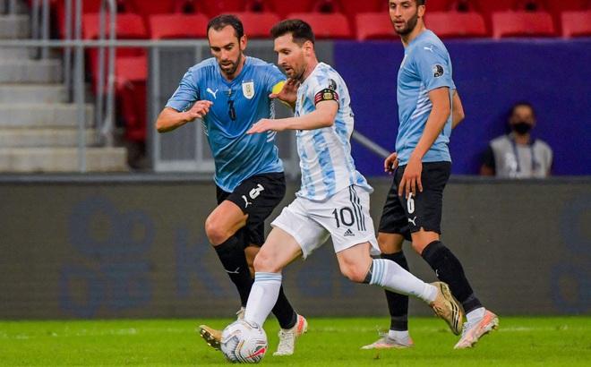 Messi kiến tạo đẹp mắt, Argentina đánh bại đội bóng của Suarez tại Copa America