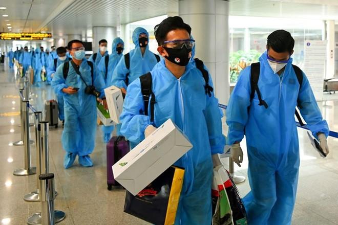 Trên chuyến bay chở đội tuyển bóng đá Việt Nam từ UAE về, có 2 người Việt mắc COVID-19 - Ảnh 1.