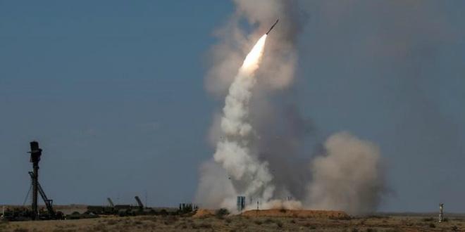Mỹ phá dự án 11 tỷ USD, sờ lại cáo buộc ám sát nhằm vào TT Putin: Moscow tuyên bố nóng - Tổ hợp tên lửa Nga cháy ngùn ngụt trên đường ray - Ảnh 1.