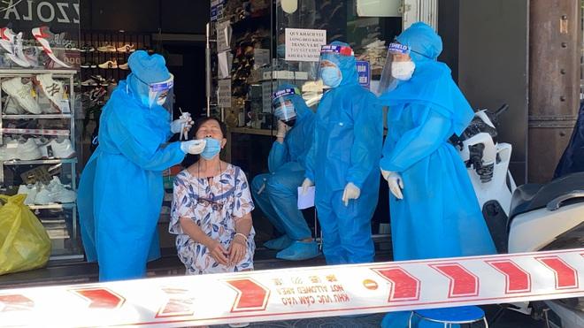 Hà Nội: Nam thanh niên tử vong sau 39 tiếng tiêm vaccine Covid-19; Người bán tạp hóa bên hông BV Từ Dũ dương tính COVID-19 - Ảnh 1.