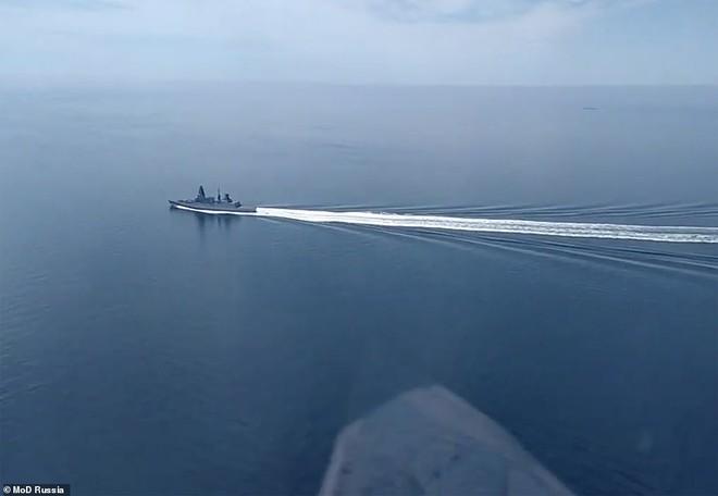 Tàu khu trục Anh gần bán đảo Crimea. Ảnh: Bộ Quốc phòng Nga
