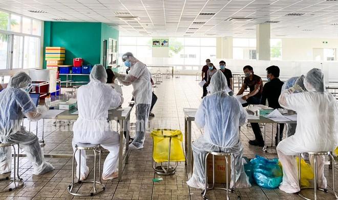 Hai bệnh nhân mắc COVID-19 ở Bắc Giang tử vong; 18 người trong cùng một xóm ở Long An dương tính với SARS-CoV-2 - Ảnh 1.