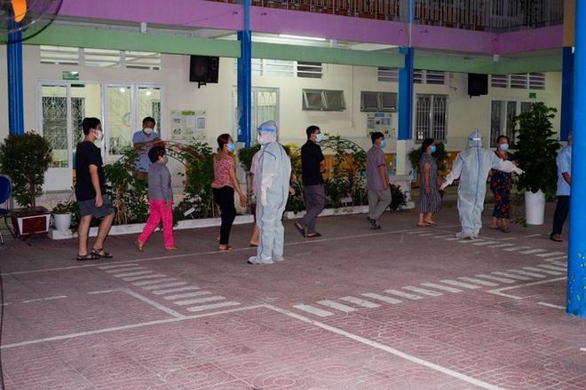 TP HCM: Phát hiện 58 người nhiễm COVID-19 tại một khu chợ; Nữ bác sĩ sản ở Bình Thuận nhiễm COVID-19, từng đi xe đò của nhiều nhà xe - Ảnh 1.