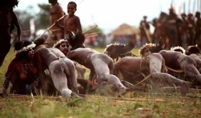 Kỳ lạ bộ tộc Uganda, ngủ với gái còn trinh được coi là nghề bất hạnh - ảnh 3