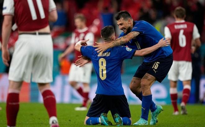 Kịch tính đến giây cuối, Italia vào tứ kết trong ngày đối phương bùng nổ