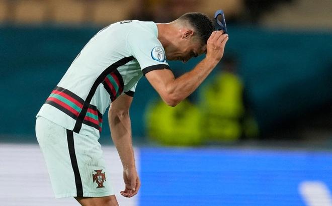 Ronaldo giận dữ ném đi băng đội trưởng, Bồ Đào Nha bị