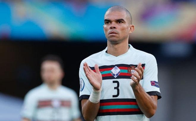 Ảnh: Cầu thủ Bồ Đào Nha thất thần sau khi trở thành cựu vương của Euro