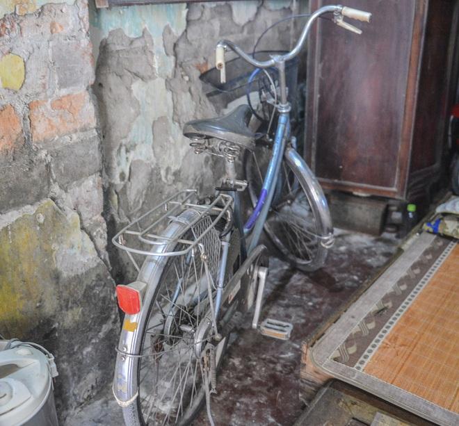 Người đàn ông đi xe đạp đỡ bé gái rơi từ tầng 2 xuống: Phạn xạ như một  người bố đỡ con lúc sắp gặp nạn