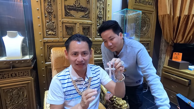Khoa Pug hé lộ phòng VIP dát vàng chuyên tiếp sao Hollywood của ông trùm kim cương Johnny Đặng - Ảnh 1.