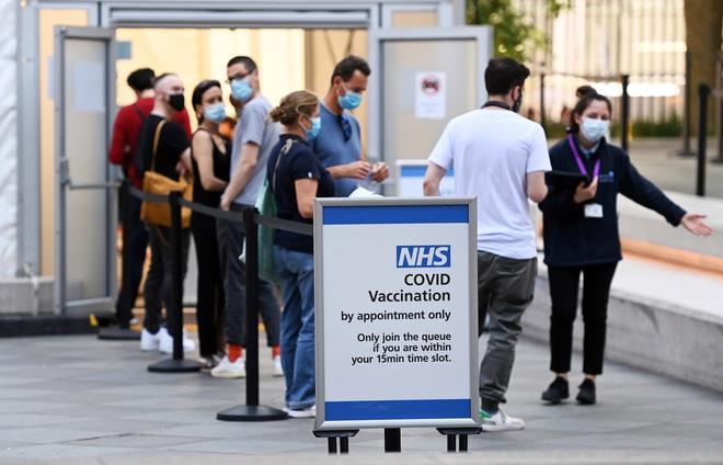 Quốc gia tiêm vắc xin cho hơn 75% người trưởng thành vừa ghi nhận số ca mắc COVID-19 cao nhất từ cuối tháng 3 - Ảnh 1.