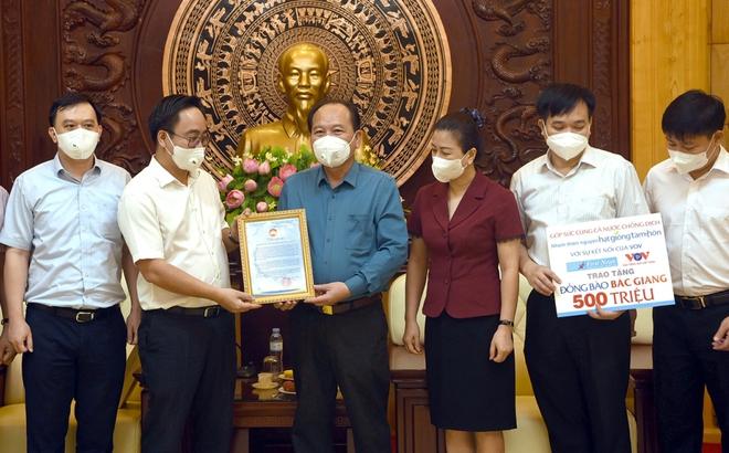 Món quà 1 tỷ đồng gửi Bắc Giang, Bắc Ninh và lời nhắn gửi ấm áp từ phương Nam - Ảnh 1.