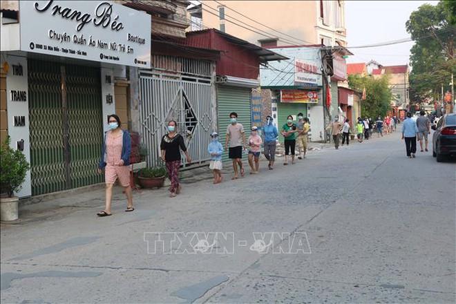 TP.HCM: Phong tỏa trong đêm 2 tòa nhà chung cư, xét nghiệm khẩn 1.000 cư dân - Ảnh 2.