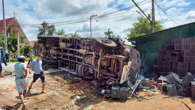 Xe tải gây tai nạn liên hoàn khiến 2 người thiệt mạng, 4 người bị thương - Ảnh 1.