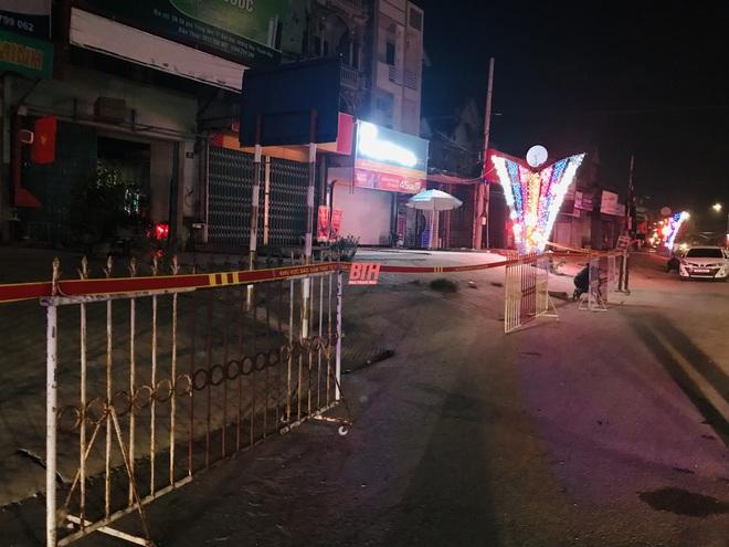 TP.HCM: Phong tỏa trong đêm 2 tòa nhà chung cư, xét nghiệm khẩn 1.000 cư dân; Hàng chục người hát trong 2 quán karaoke chui giữa mùa dịch COVID-19 - Ảnh 1.