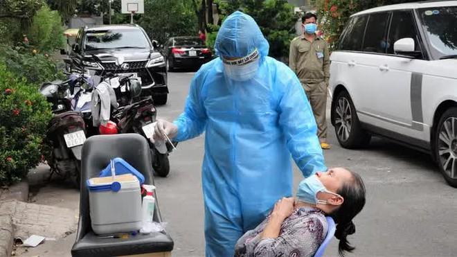 TP.HCM: Cặp vợ chồng ở biệt thự Phú Mỹ Hưng mắc Covid-19; Bệnh nhân 2938 tái dương tính lần 2 với SARS-CoV-2, lấy mẫu người mẹ - Ảnh 1.