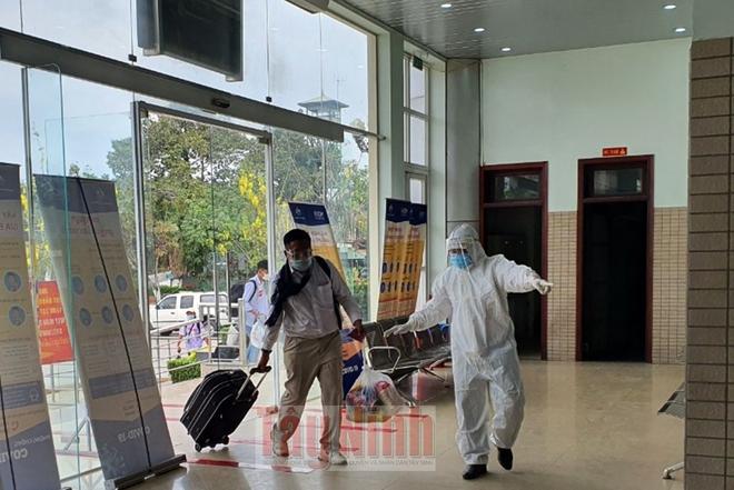 Ba mẹ con ở Tây Ninh qua Campuchia bán trái cây bị nhiễm SARS-CoV-2; TP.HCM: Cặp vợ chồng ở biệt thự Phú Mỹ Hưng mắc COVID-19 - Ảnh 1.