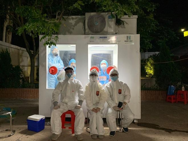 Việt Nam chế được bốt lấy mẫu xét nghiệm Covid-19 gắn máy lạnh, giúp y bác sĩ đỡ cực; TP.HCM: Cặp vợ chồng ở biệt thự Phú Mỹ Hưng mắc COVID-19 - Ảnh 1.