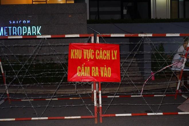 Phong tỏa một chung cư ở thành phố Thủ Đức do có ca nhiễm COVID-19; Ba mẹ con ở Tây Ninh qua Campuchia bán trái cây bị nhiễm SARS-CoV-2 - Ảnh 1.