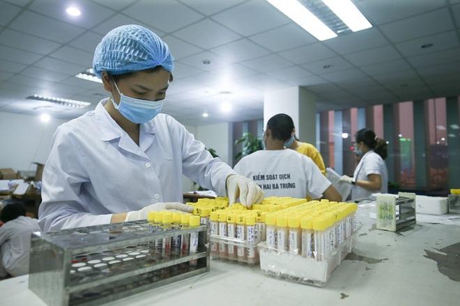 Sáng nay, TP. HCM thêm 12 ca mắc mới; Người phụ nữ ở Đông Anh - Hà Nội có biểu hiện rát họng sau 2 ngày nghỉ bán rau ở chợ, hiện có kết quả dương tính nCoV - Ảnh 1.
