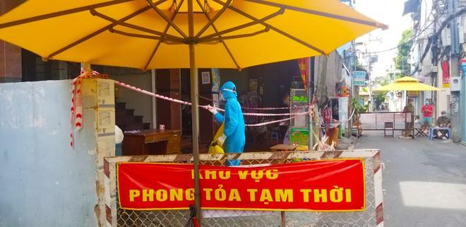 Sáng nay, TP. HCM phát hiện 5 người trong một nhà trọ dương tính nCoV; Một bệnh nhân ở Hà Nội được cấp cứu nhưng không qua khỏi vì ngại đi viện lây Covid-19  - Ảnh 1.