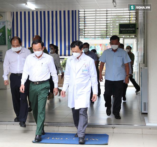 Bí thư Nguyễn Văn Nên thăm chiến sĩ công an TP.HCM nhiễm Covid-19 nặng: Mong bác sĩ giúp đồng chí Đ. vượt qua cơn hiểm nghèo - Ảnh 1.