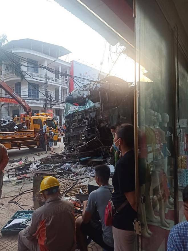 Tài xế container đánh lái cứu 2 người, tông vào nhiều nhà dân: Mong 2 người đi xe máy đến công an làm chứng - Ảnh 5.