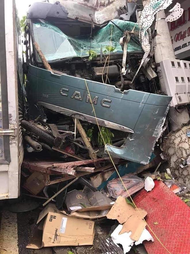 Tài xế container đánh lái cứu 2 người, tông vào nhiều nhà dân: Mong 2 người đi xe máy đến công an làm chứng - Ảnh 3.