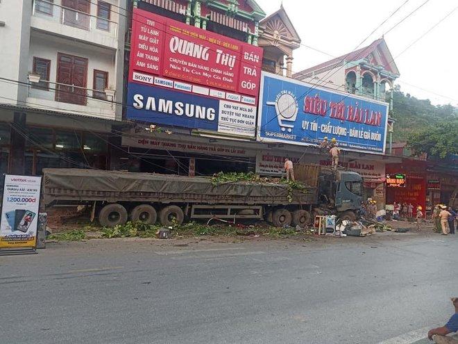 Tài xế container đánh lái cứu 2 người, tông vào nhiều nhà dân: Mong 2 người đi xe máy đến công an làm chứng - Ảnh 2.