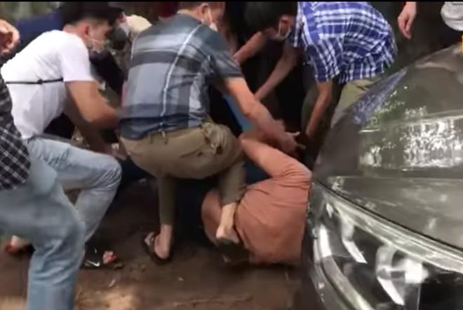 Clip: Trinh sát truy đuổi, chặn xe ô tô 4 chỗ bắt giữ nhóm buôn ma túy - Ảnh 2.