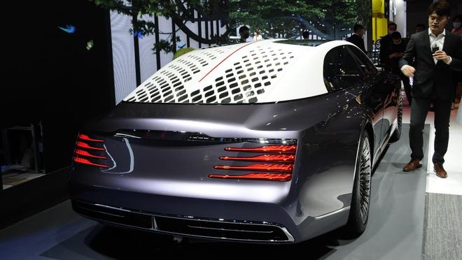 Ô tô Trung Quốc lắp hẳn đèn chùm như khách sạn 5 sao, quyết vượt mặt Rolls Royce có bầu trời sao - Ảnh 2.