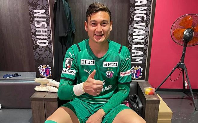 Các cầu thủ ĐT Việt Nam ùa vào bài đăng của Văn Lâm, trợ lý thầy Park tiết lộ điều đặc biệt từ UAE