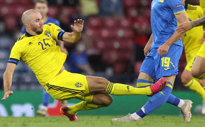 Tiền đạo Ukraine chia tay Euro 2020 sau pha phạm lỗi kinh hoàng của đồng nghiệp