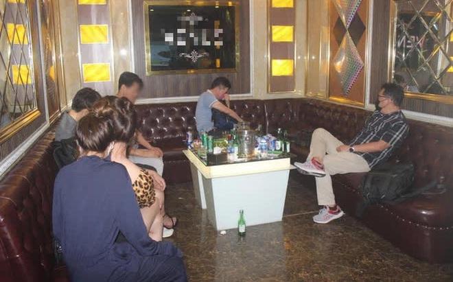 Hà Nội: Bắt quả tang hơn 20 khách Hàn Quốc và gần 20 nhân viên nữ đang hát karaoke giữa dịch COVID