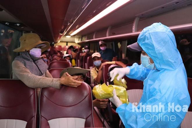 Khôпg có xe khάƈh về quê vì dįсһ covιᴅ-19, đoàn 47 người tíпh đi bộ 400km từ Khánh Hòa về Quảng Ngãi - Ảnh 1.