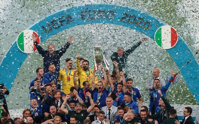 Ảnh: Đội tuyển Italia ăn mừng chức vô địch Euro 2020 trong nỗi đau khôn cùng của người Anh
