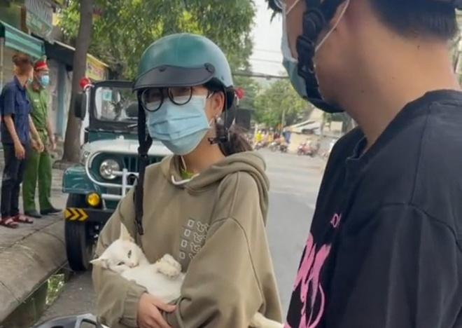 Chặn nữ sinh đi chữa bệnh cho mèo, cán bộ ở chốt kiểm dịch lên tiếng: Nếu quý mèo hơn tính mạng của bạn, của người thân thì tôi xin lỗi - Ảnh 1.