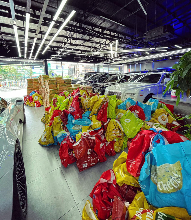 Chuyện hiếm thấy tại Việt Nam: Đại gia 9x lái siêu xe Mẹc đi ship gạo, nước mắm - Ảnh 1.