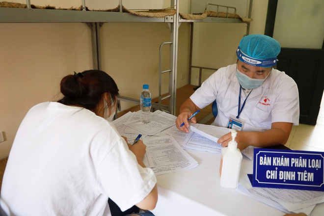 Vì sao Hà Nội đưa nhóm người trên 65 tuổi và có bệnh lý nền ra khỏi danh sách ưu tiên tiêm vaccine Covid