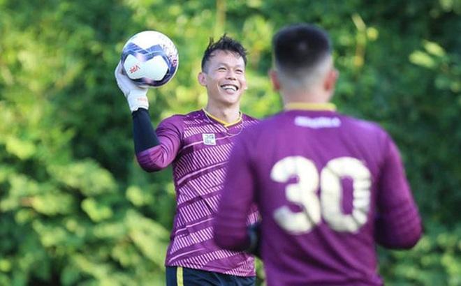 Tấn Trường bịn rịn tạm biệt gia đình, trở lại tập luyện với CLB Hà Nội