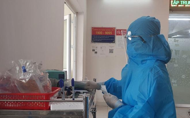 Nhân viên y tế làm nhiệm vụ phòng chống dịch bệnh COVID-19 tại Khoa Cấp cứu, Bệnh viện Đa khoa Phú Yên. Ảnh: Báo Phú Yên