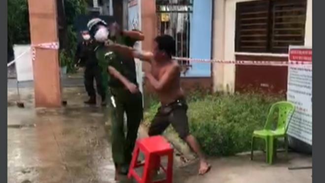 Người đàn ông không chấp hành đeo khẩu trang, còn đấm vào mặt phó trưởng công an phường - Ảnh 2.