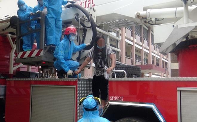 Người phụ nữ đi trên mái tòa nhà 3 tầng ở khu cách ly định tự tử