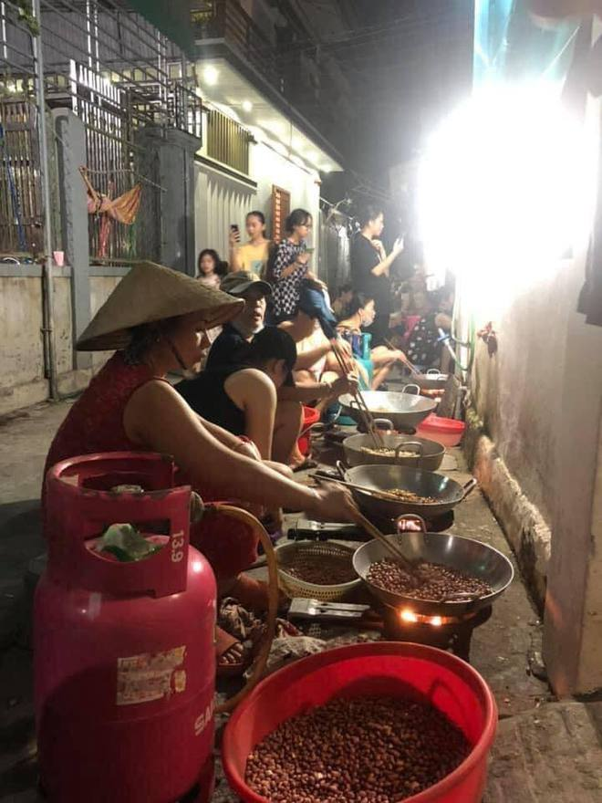 Xúc động hình ảnh người dân ở Nghệ An tập trung làm thức ăn gửi vào TPHCM - Ảnh 1.