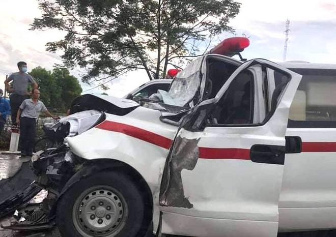 Mẹ sản phụ tử vong khi xe cứu thương đâm đuôi xe hổ vồ - Ảnh 2.