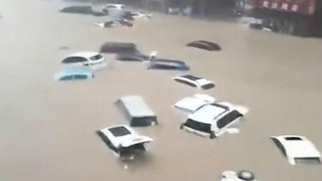 Trung Quốc: Mưa lớn 5.000 năm mới gặp 1 lần, Thiếu Lâm Tự đóng cửa, ô tô trôi trên đường như há cảo - Ảnh 2.