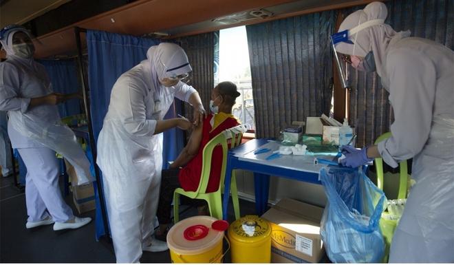 Sai lầm chết người của bác sĩ Malaysia giữa khủng hoảng; Campuchia nói gì về hiệu quả vaccine Covid-19 của TQ? - Ảnh 1.