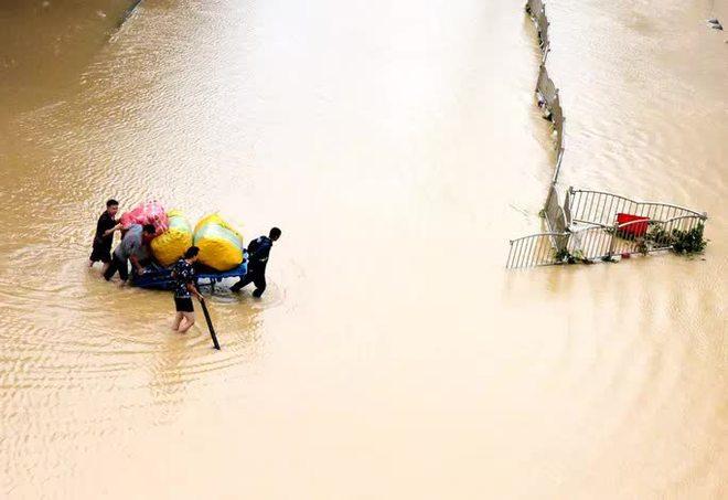 Trung Quốc: Rộ tin vỡ đập giữa đêm ở Trịnh Châu - Báo động hiểm họa lớn; Bắc Kinh bất ngờ cảm ơn Đài Loan - Ảnh 4.