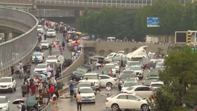 Ô tô chồng chất trên đường phố ở Trịnh Châu sau mưa lũ - Thành phố Lạc Dương bác bỏ tin đồn thất thiệt - Ảnh 1.