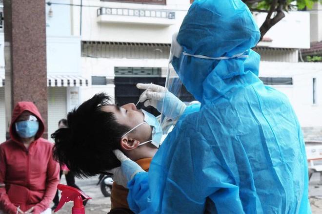 UBND TP.HCM vừa khẩn cấp đề xuất Bộ Y tế hỗ trợ 5.000 nhân viên y tế; Cận cảnh Quân đội phun khử khuẩn toàn TP.HCM sáng nay - Ảnh 1.